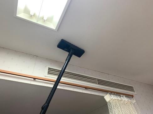 天井除塵作業中